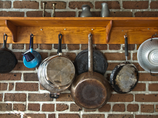 Garnki w kuchni.