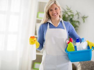 Czy własne środki czystości powinna mieć przy sobie pomoc sprzątająca?