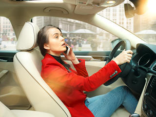 Kobieta za kierownicą.