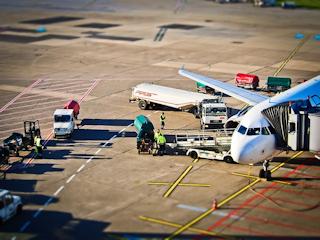 Sprawdź jakich przesmiotów nie można wnosić na pokład samolotu.