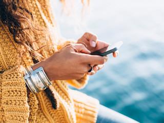 Letnie podróże z nowoczesnymi telefonami.