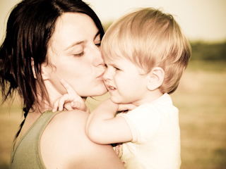 Konieczna bliskość rodziców i dziecka w pierwszych godzinach, tygodniach i miesiącach życia.