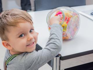 Zdrowe podejście do słodyczy - jak nauczyć dzieci jeść mądrze i z umiarem?