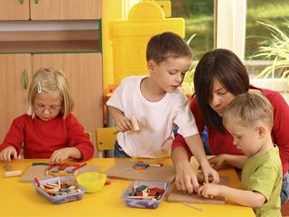 Porady dotyczące metod wychowawczych i przygotowania do bycia rodzicem.