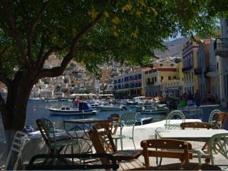 Wizyta w greckiej tawernie jako forma spędzania wolnego czasu.