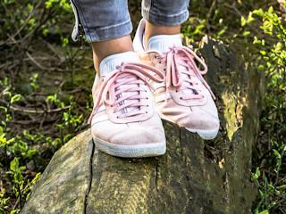 Do czego nosić damskie buty sportowe? Modne stylizacje ze sneakersami