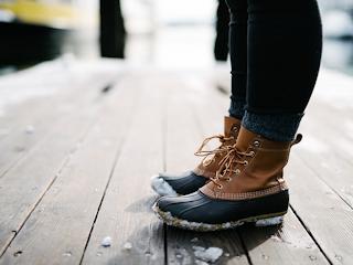 Skuteczne sposoby na usunięcie soli drogowej z butów.