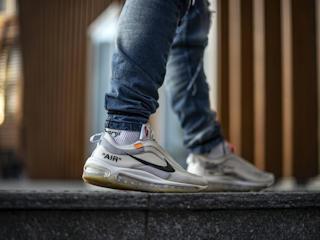 Klasyczne buty sportowe Nike Air Max 2090 nie tylko dla fanów sportu. Z czym je nosić?