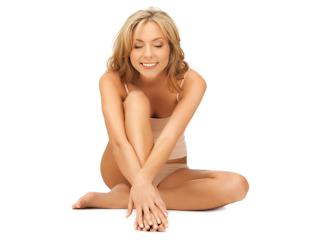 Jakie zabiegi można wykonać, by bez kompleksów móc odsłaniać kolana i dłonie w cieplejsze dni.
