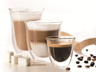 Ekspres do kawy, toster, czajnik i filiżanki De'Longhi na prezent na Dzień Matki.