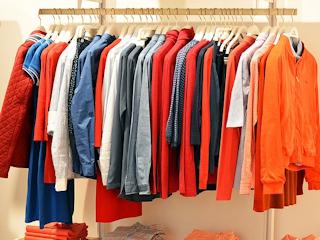 Zalety i wady zakupów w sklepie stacjonarnym i internetowym.