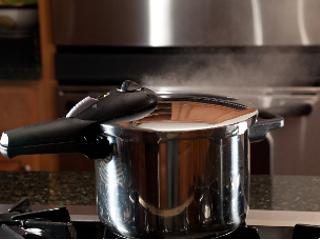 Naczynia Philipiak w nowoczesnej kuchni.