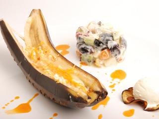 Banany w skórce pieczone na grillu.
