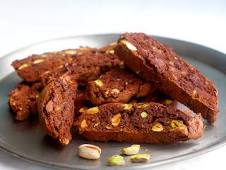 Przepis na bezglutenowe biscotti z pistacjami.