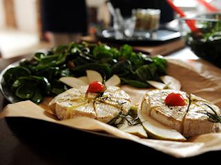 Przepis na camembert z miodem i różowym pieprzem, rozmarynem i szpinakiem.