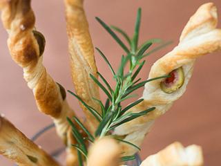 Przepis na paluchy francuskie z oliwkami nadziewanymi firmy Bracia Urbanek.