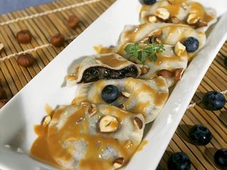 Przepis na pierogi z jagodami i sosem toffi z orzechami laskowymi i syropem klonowym.
