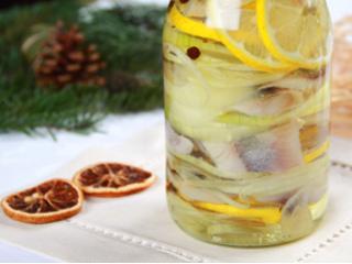 Przepis na śledzia w oleju z cebulką i cytryną