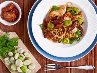 Przepis na spaghetti z gotowanym bobem i kawałkami smażonej piersi indyka.