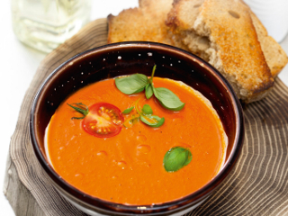 Przepis na zupę krem z pieczonych pomidorów.