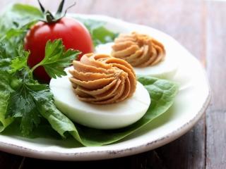 Jajka faszerowane na ostro - przepis.