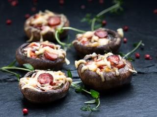 Wytrawne pieczarki faszerowane frankfurterkami, serem i papryką - przepis kulinarny.